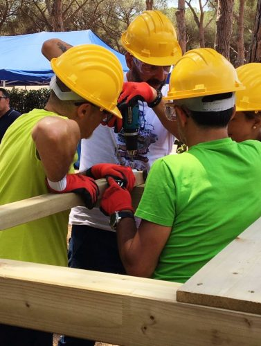 Un team a lavoro durante un intervento di Social Team Building a Genova