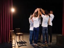 Un team alle prese con le prove sull palcoscenico durante in intervento di Creative Team building format Teatro organizzato da Made In Team