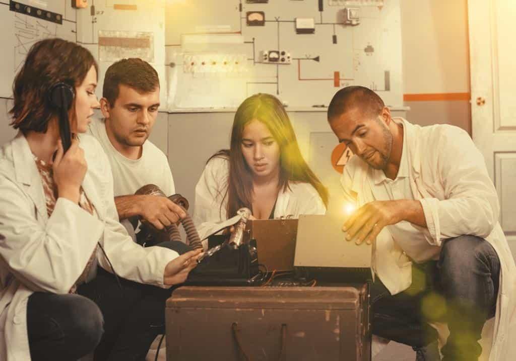 Un team studia gli indizi per poter fuggire dall'Escape Room, un Investigative Team Building inventato da Made In Team