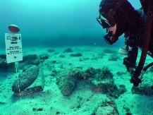 Un partecipante ricerca indizi sul fondo del mare durante l'Archeo Sub organizzato da Made In Team.
