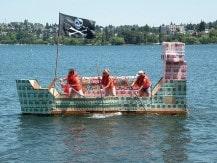 Un team naviga sulla propria barca costruita durante un'attività di Maestro d'Ascia organizzata da Made In Team