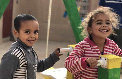 Bambini in un villaggio africano giocano con i giochi costruiti durante una attività di Social Team Building progetto Giochi per l'Africa