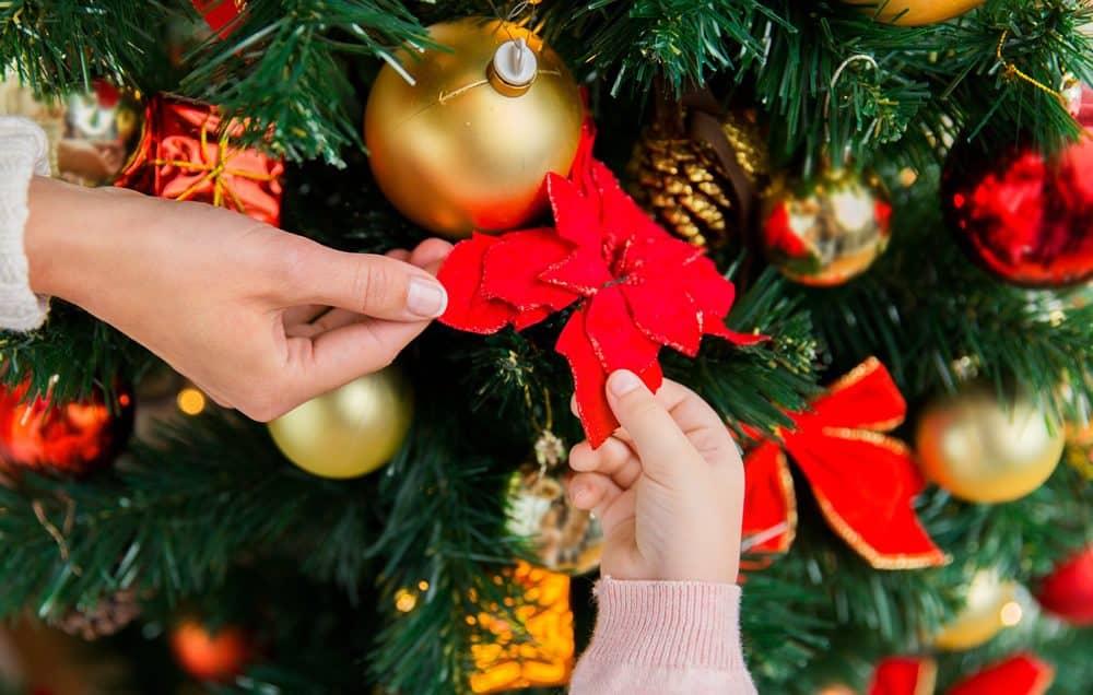 Un albero di natale creato dai partecipanti all'attività di team building solidale Regala il Natale organizzato da Made In Team