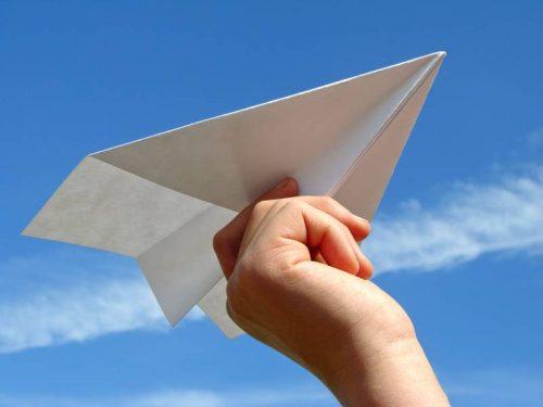 No, costruire aerei di carta secondo noi non è un esercizio di team building