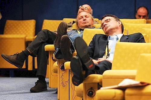 non lasciare che i tuoi collaboratori si addormentino durante un evento aziendale, attivali con i team building di natale