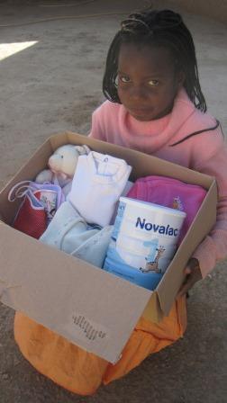 Vestiti, giochi e latte in polvere consegnati durante la spedizione umanitaria ormai parte integrante delle spedizioni di consegna dei prodotti del Social Team Building