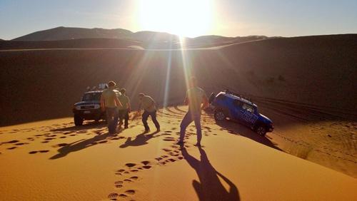 Lo staff Made In Team durante una attività di team building aziendale svoltasi nel Sahara